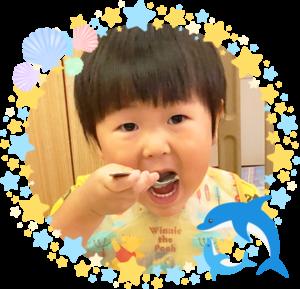 ご飯を食べる幼児